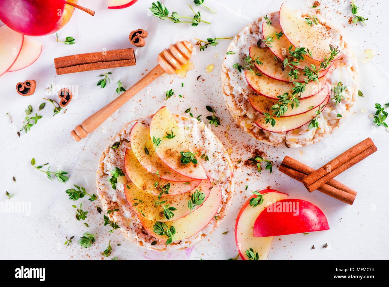 Knäckebrot Snack mit Apfelscheiben, Zimt, griechischen Joghurt, Honig und frischen Thymian. Einfaches Frühstück close-up auf weißem Hintergrund mit kopieren. Stockbild
