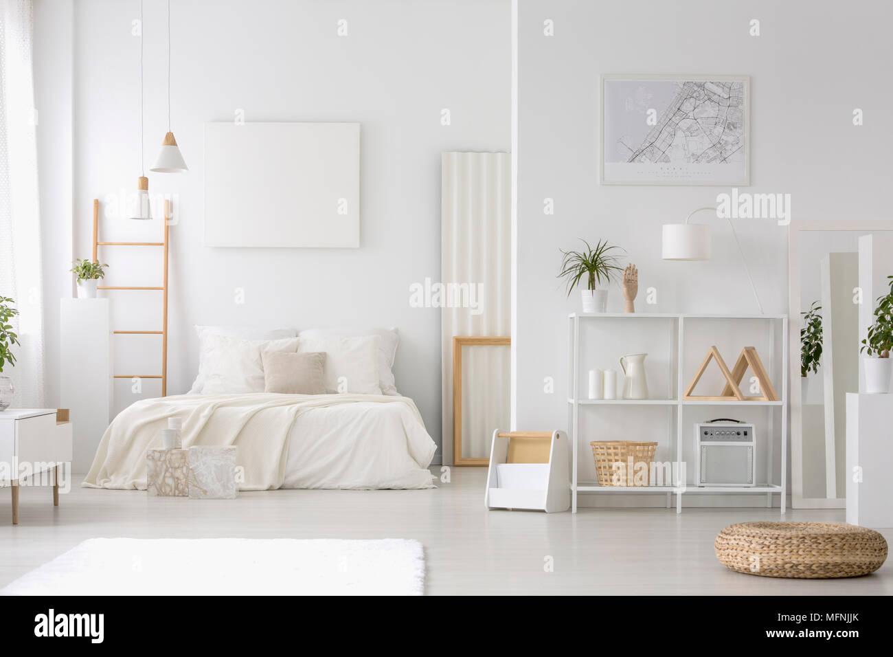 Fußboden Schlafzimmer Lampen ~ Geräumige helle schlafzimmer mit einem großen bett poster regale