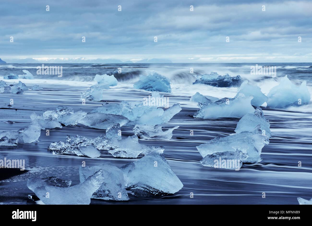 Gletscherlagune Jokulsarlon, fantastischen Sonnenuntergang am schwarzen Strand, Island Stockbild