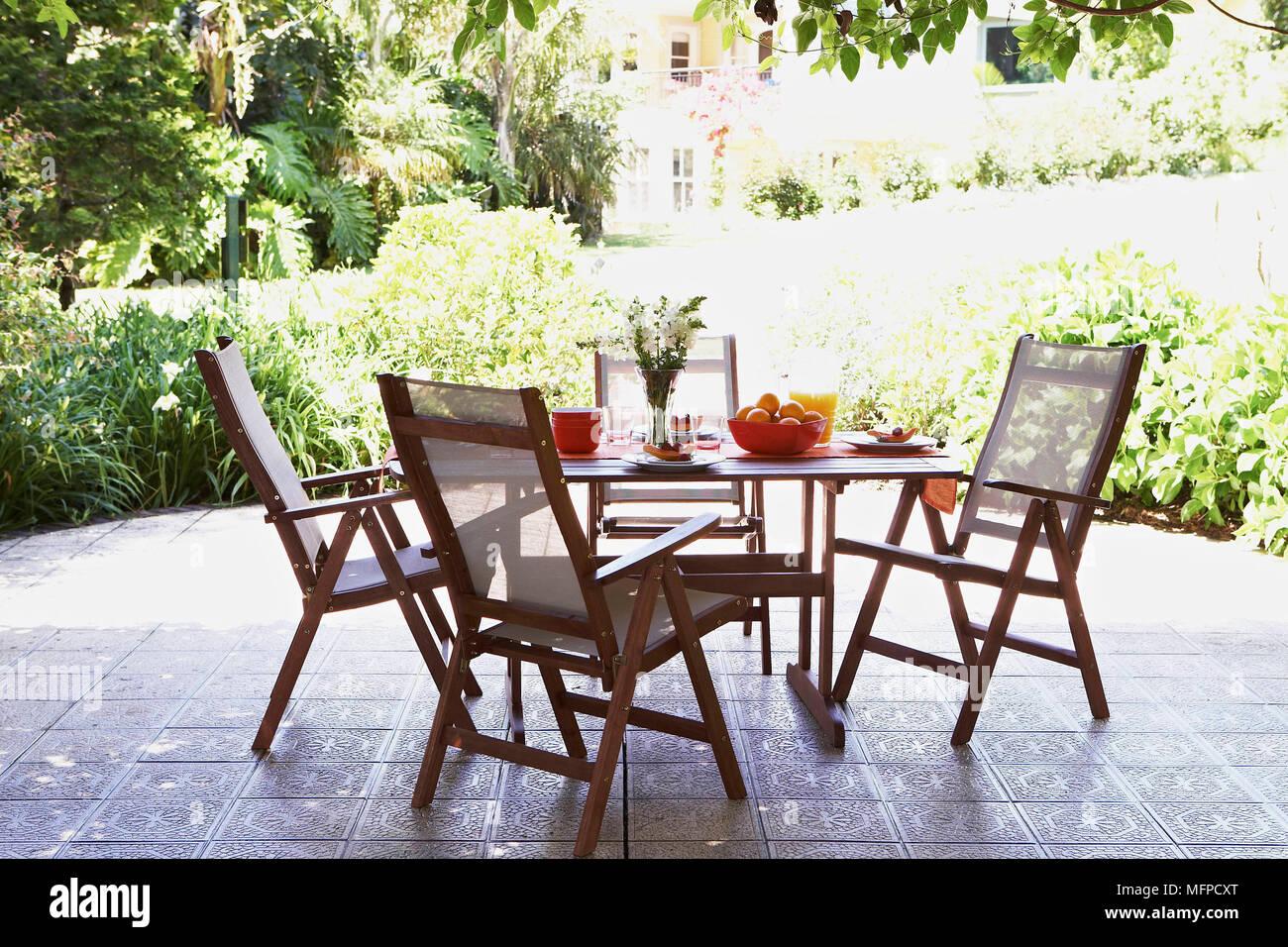 Tisch Und Stuhl Sohn Geflieste Terrasse Mit Blick Auf Garten