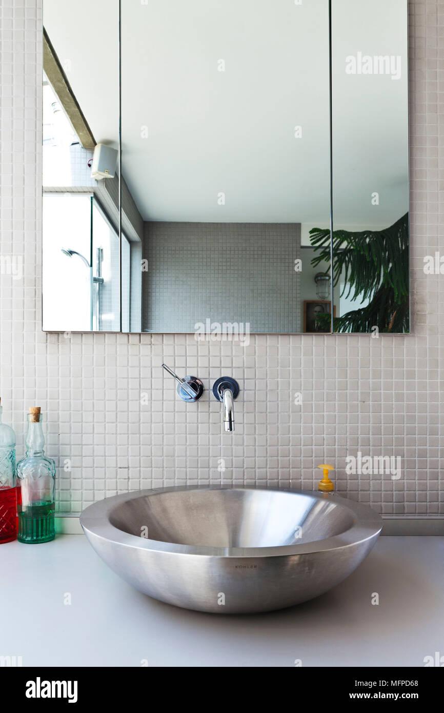 Rundes Edelstahl Waschbecken unter Spiegel im modernen Bad ...
