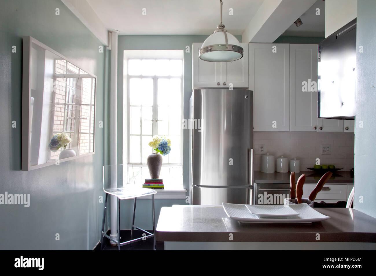 Blaue Küche mit weißen montierten Einheiten in der Wohnung ...