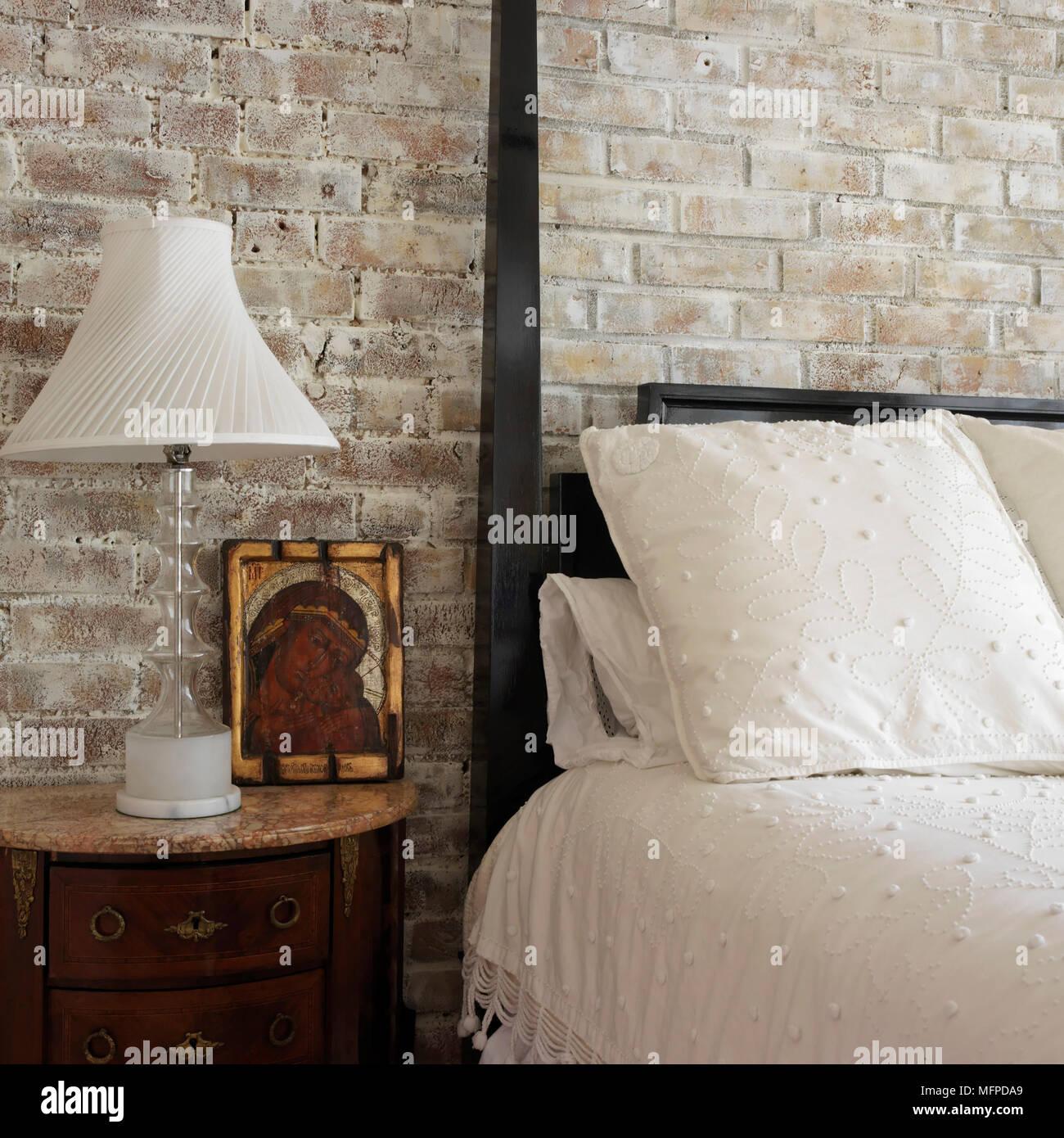 Lampe Neben Dunklen Holz Himmelbett Im Landhausstil Schlafzimmer
