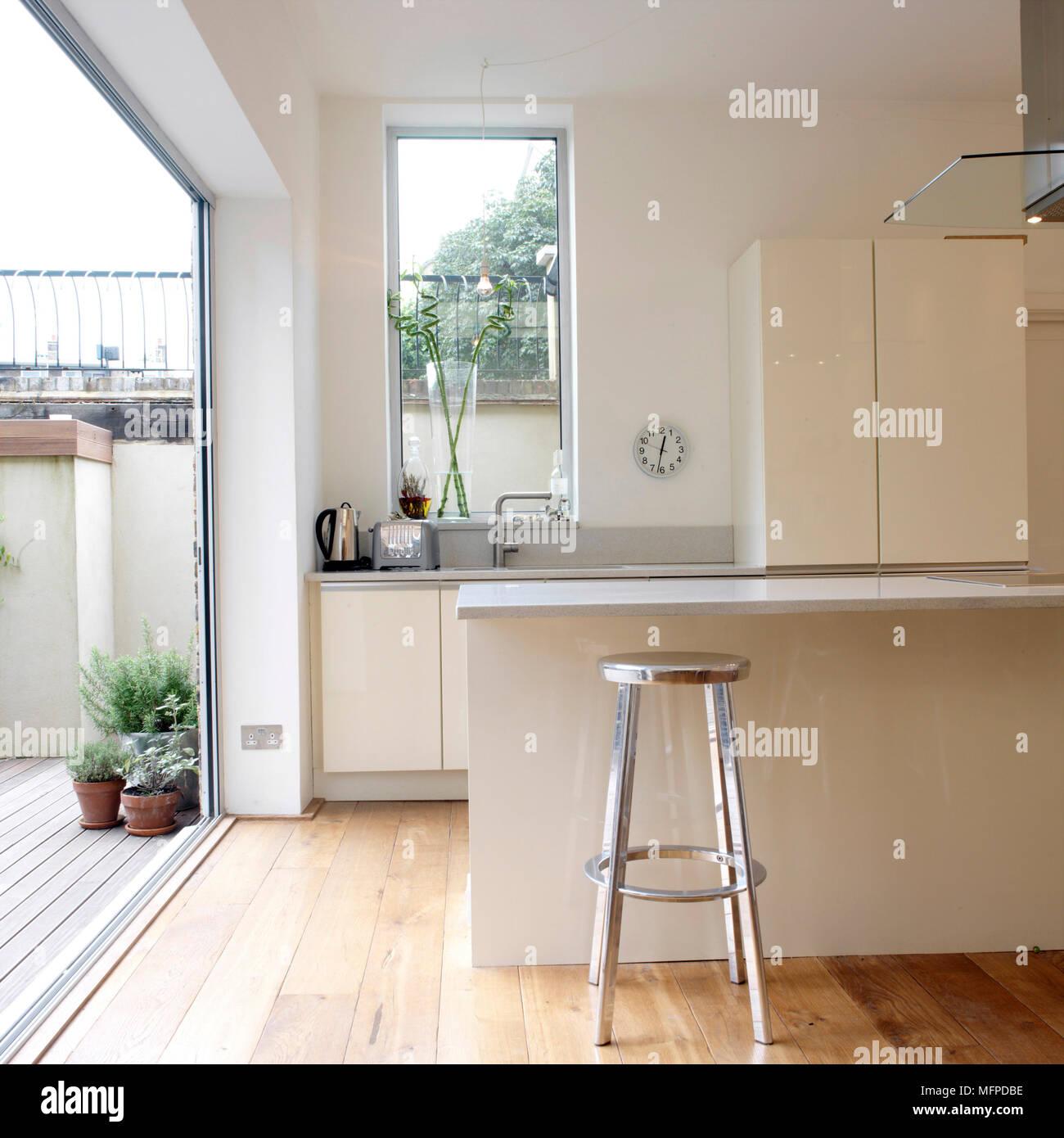 Barhocker bei Frühstück bar in weiße Küche mit offener Tür ...