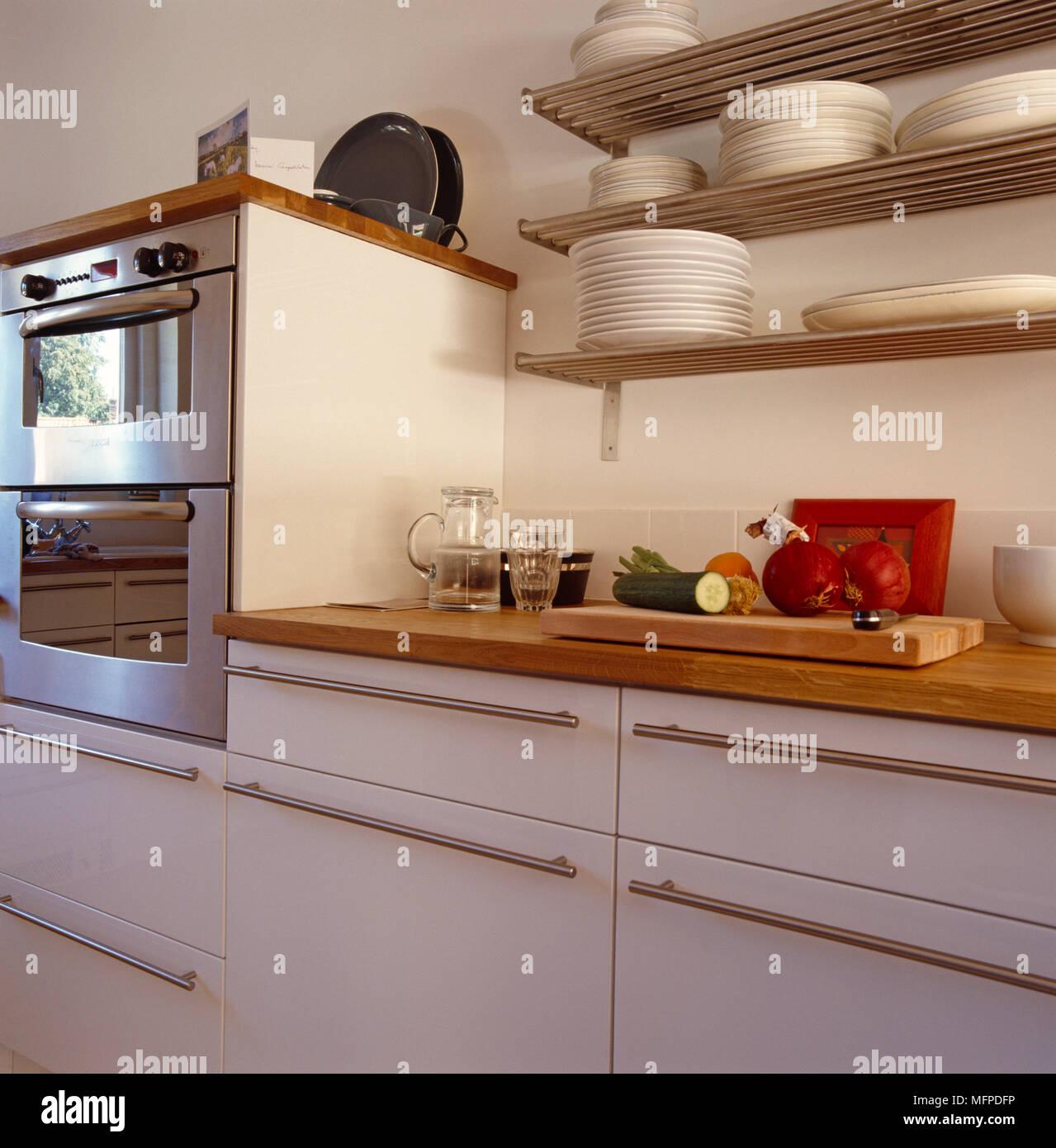 Küche mit Holz- und Edelstahl Schränke und Geräte und Platten auf ...