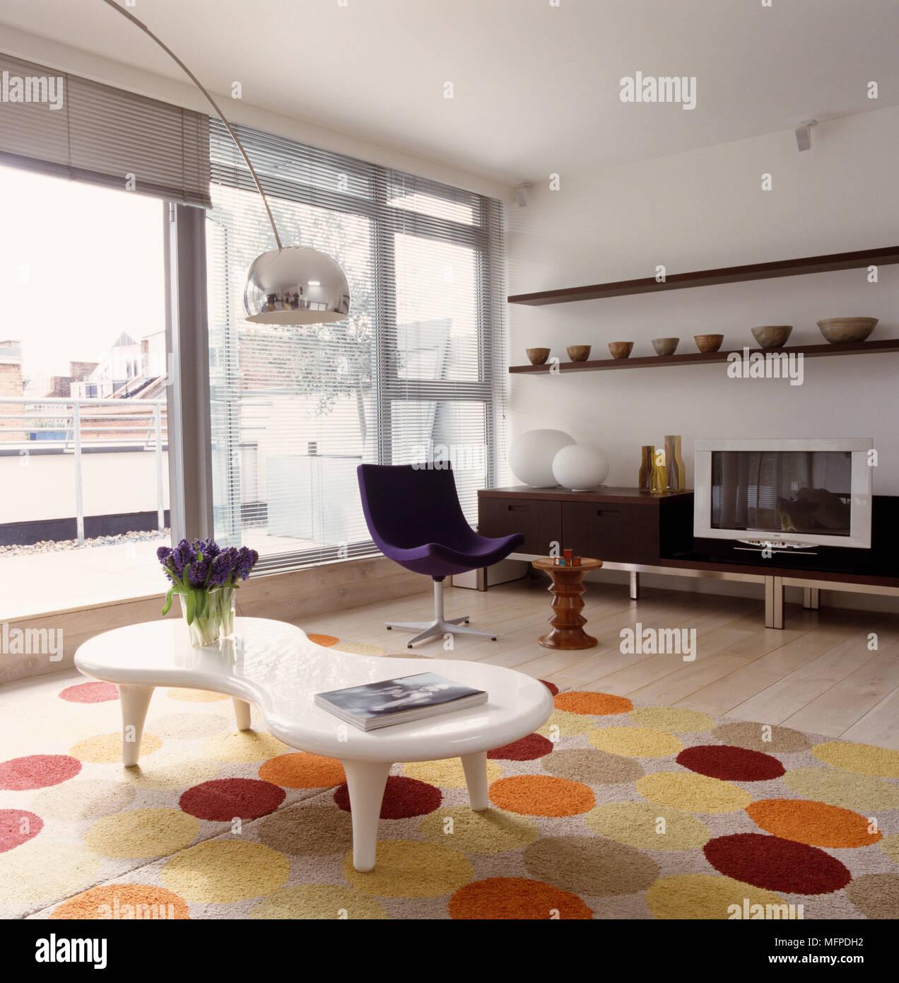 Designer Möbel im Wohnzimmer, ein Eames Nussbaum Hocker ...