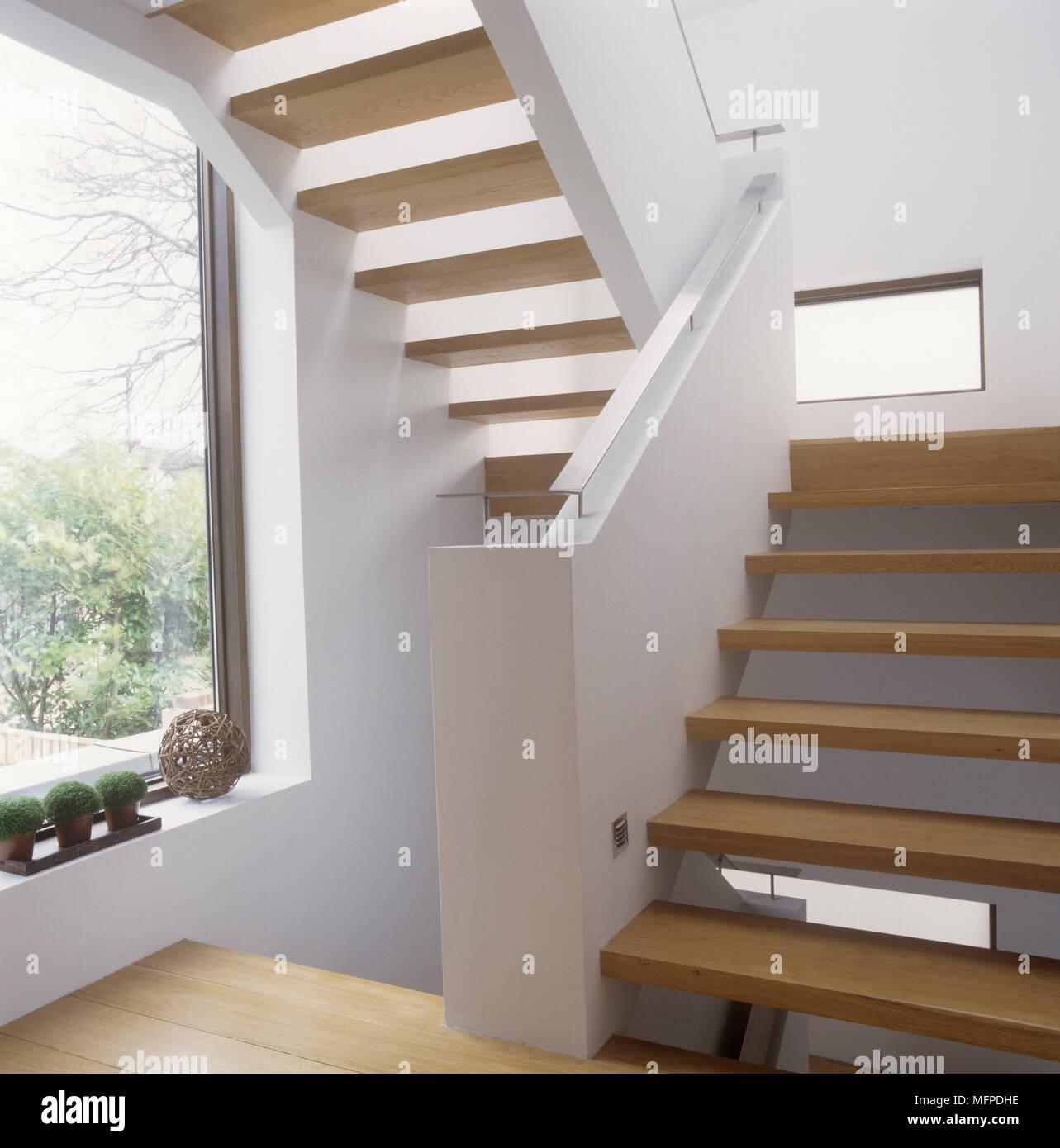 Moderne Holztreppe moderne holztreppe mit geländer aus stahl stockfoto, bild: 181817146