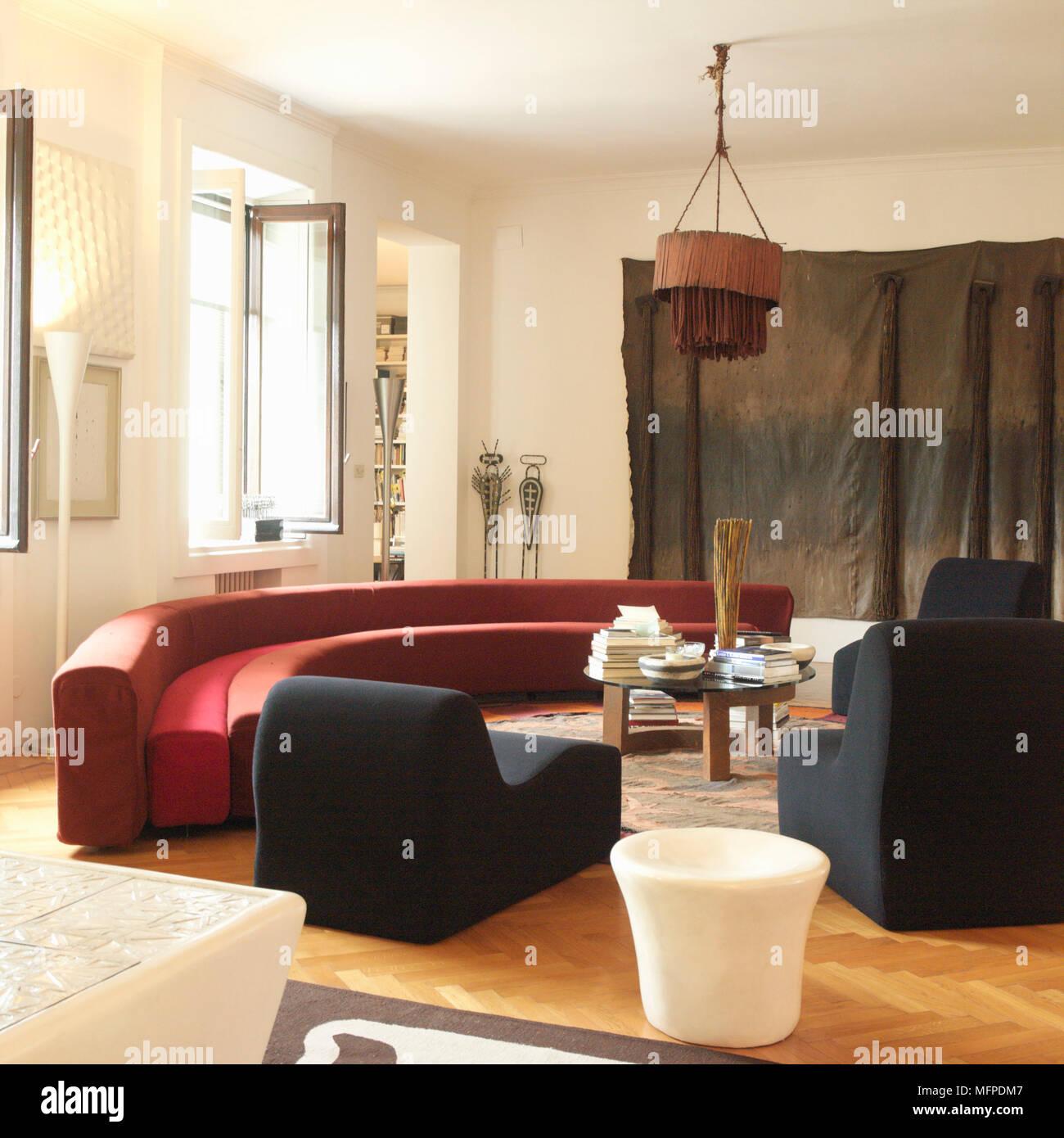 Charmant Ein Modernes Wohnzimmer Mit Hoher Decke, Holzboden, Eine Halbrunde Modernes  Sofa, Einem Hocker, Einem Ethnischen Stil Stück Hängenden Stoff Kunst, ...