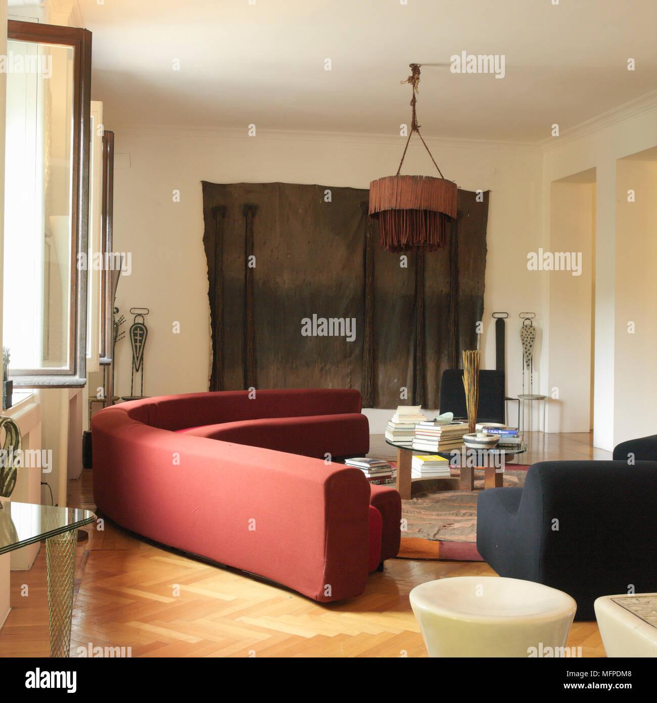 Ein Modernes Wohnzimmer Mit Hoher Decke, Holzboden, Eine Halbrunde Modernes  Sofa, Einem Hocker, Einem Ethnischen Stil Stück Hängenden Stoff Kunst, ...