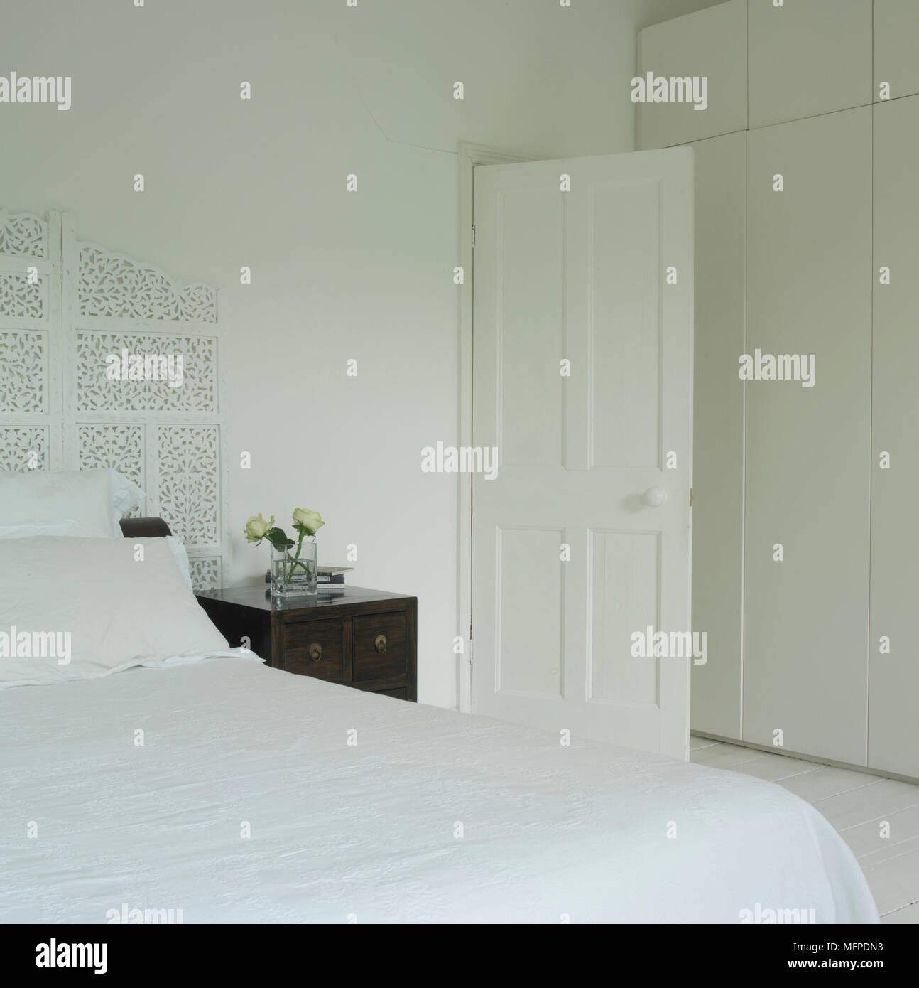 Ein Traditionelles Weisses Schlafzimmer Mit Doppelbett Weisse Wande