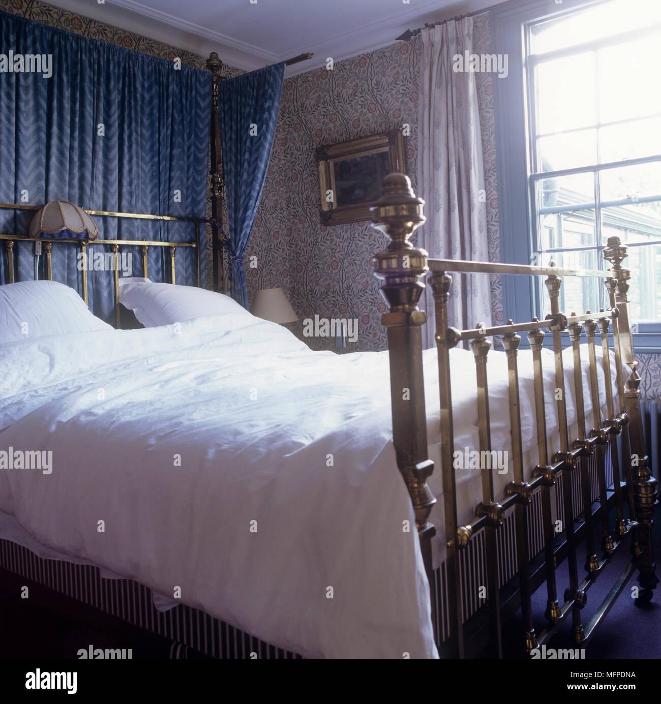 Bett aus Messing in einem blauen Schlafzimmer mit Muster ...