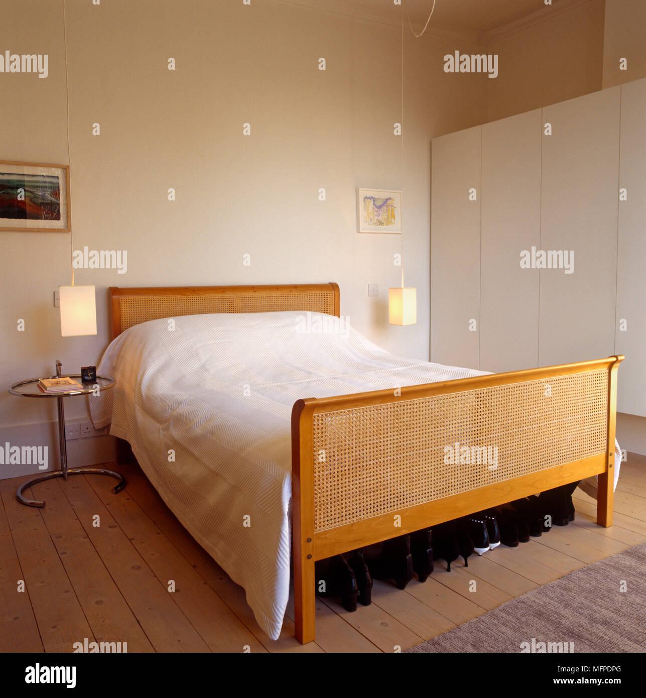 Landhausstil Schlafzimmer mit Bett aus Holz und Chrom Eileen Gray ...