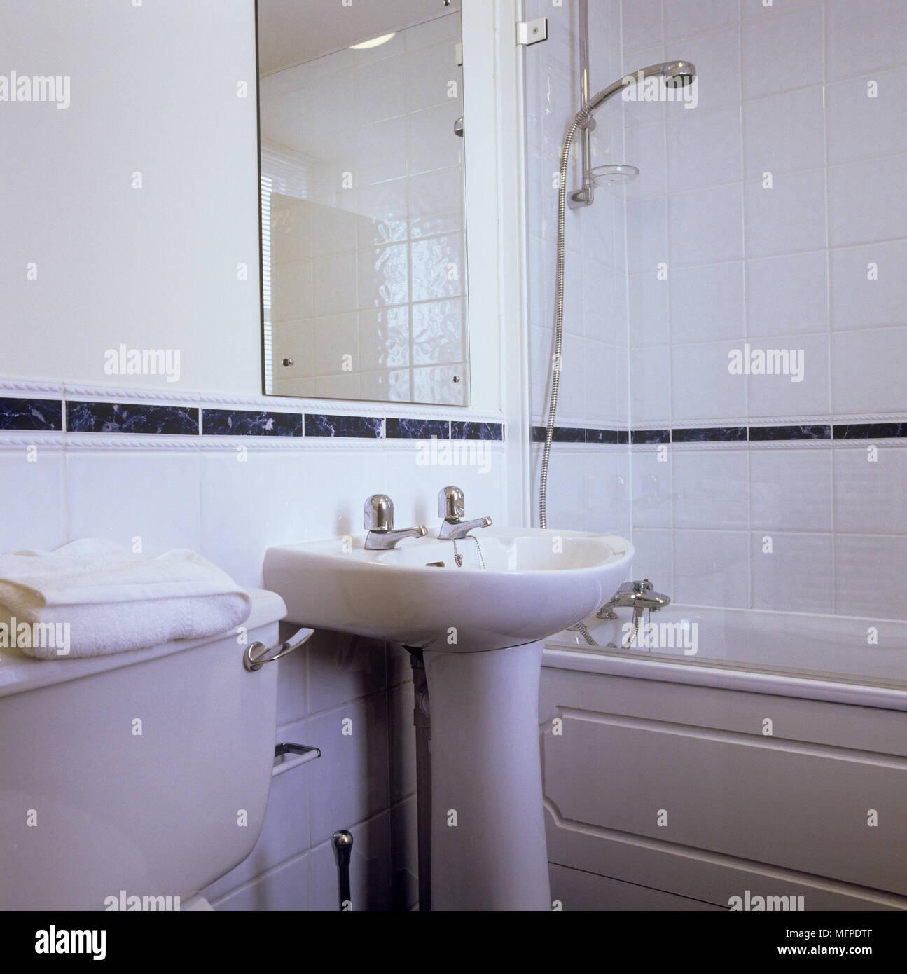 Sockel Waschbecken Neben Badewanne Mit Dusche über Der Badewanne In