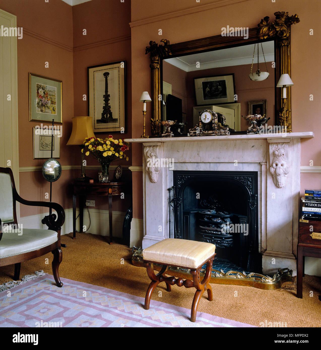 Marmorkamin mit Spiegel über im Stil der Zeit Wohnzimmer Stockfoto ...