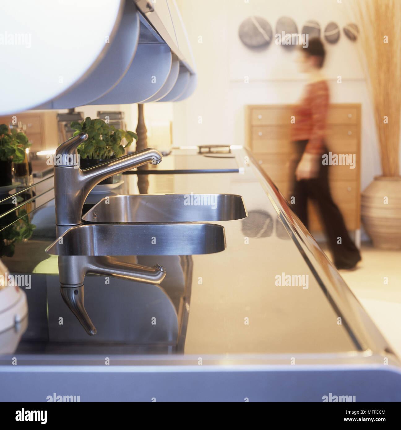 Detail einer modernen Küche Spüle mit unscharfen Abbildung einer ...