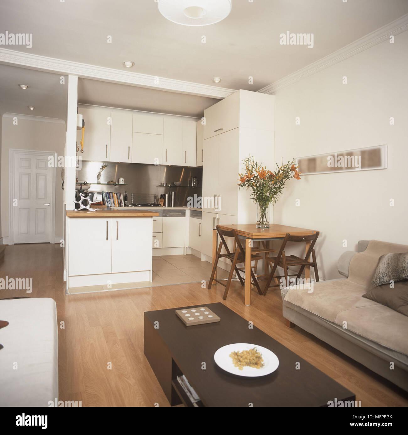 Moderne offene Wohnzimmer gepolstertes Sofa Tisch Küche Esstisch und ...