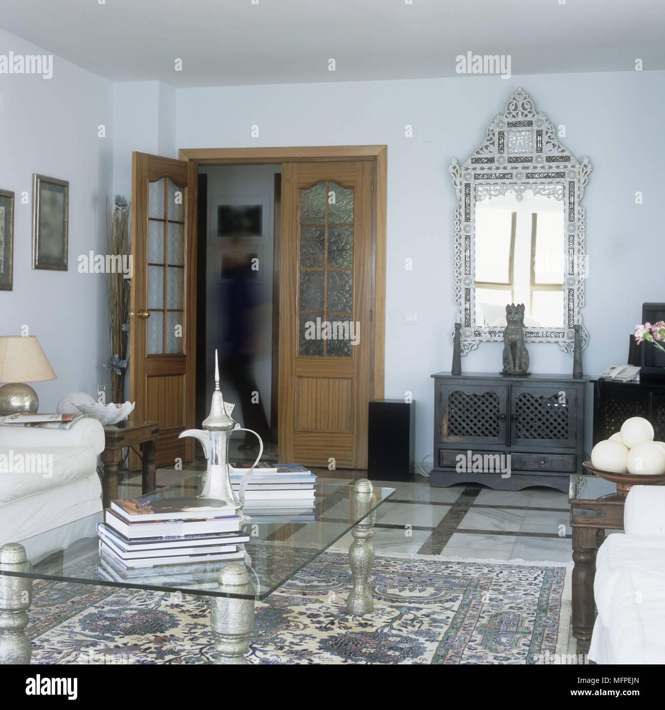 Spanisch Wohnzimmer Mit Einem Couchtisch Aus Glas Auf Einem