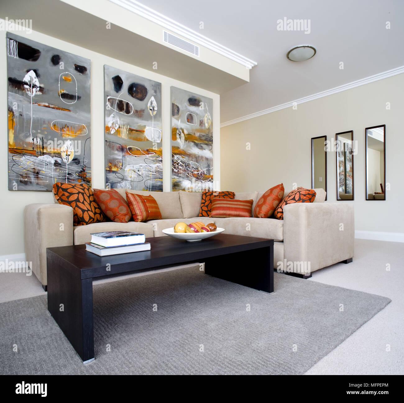 Schwarz Holz Tisch vor gepolstertes Sofa in der modernen Wohnzimmer ...