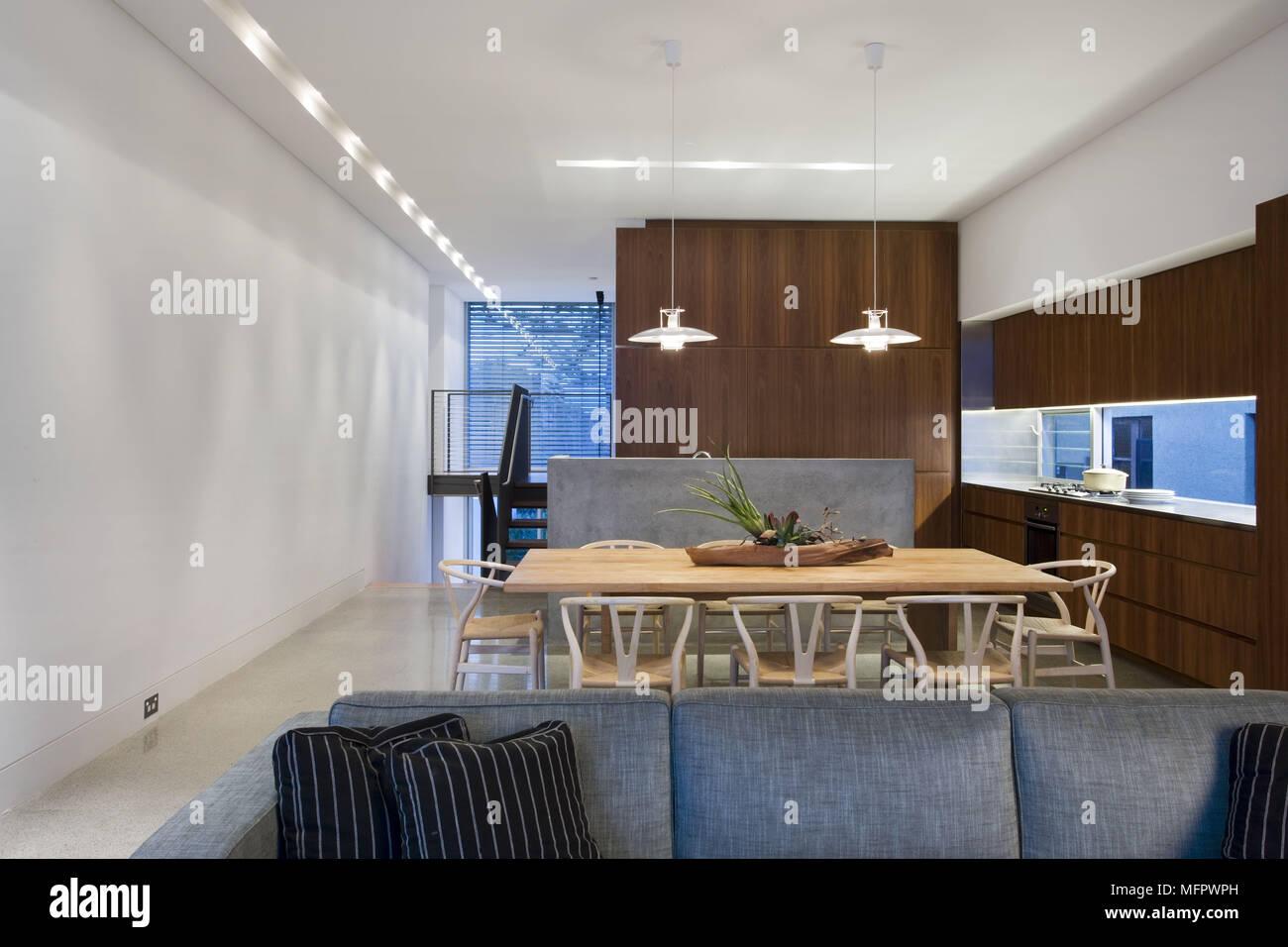 Deckenleuchten oben Holztisch in offene moderne Küche mit ...