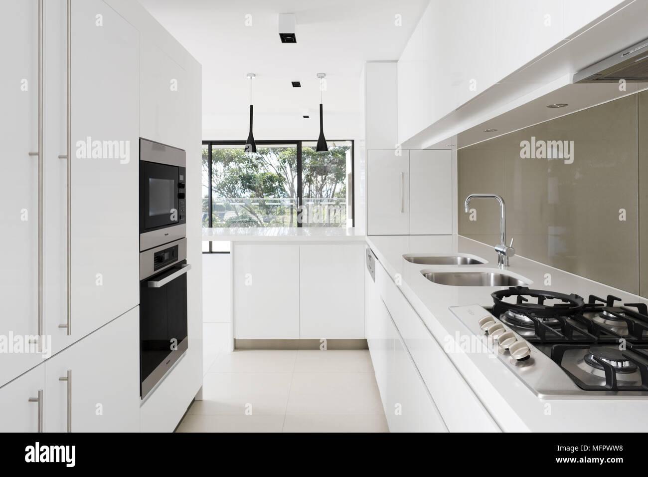 Hervorragend Spüle und Herd in Arbeitsplatte in moderne, weiße Küche Stockfoto RB51