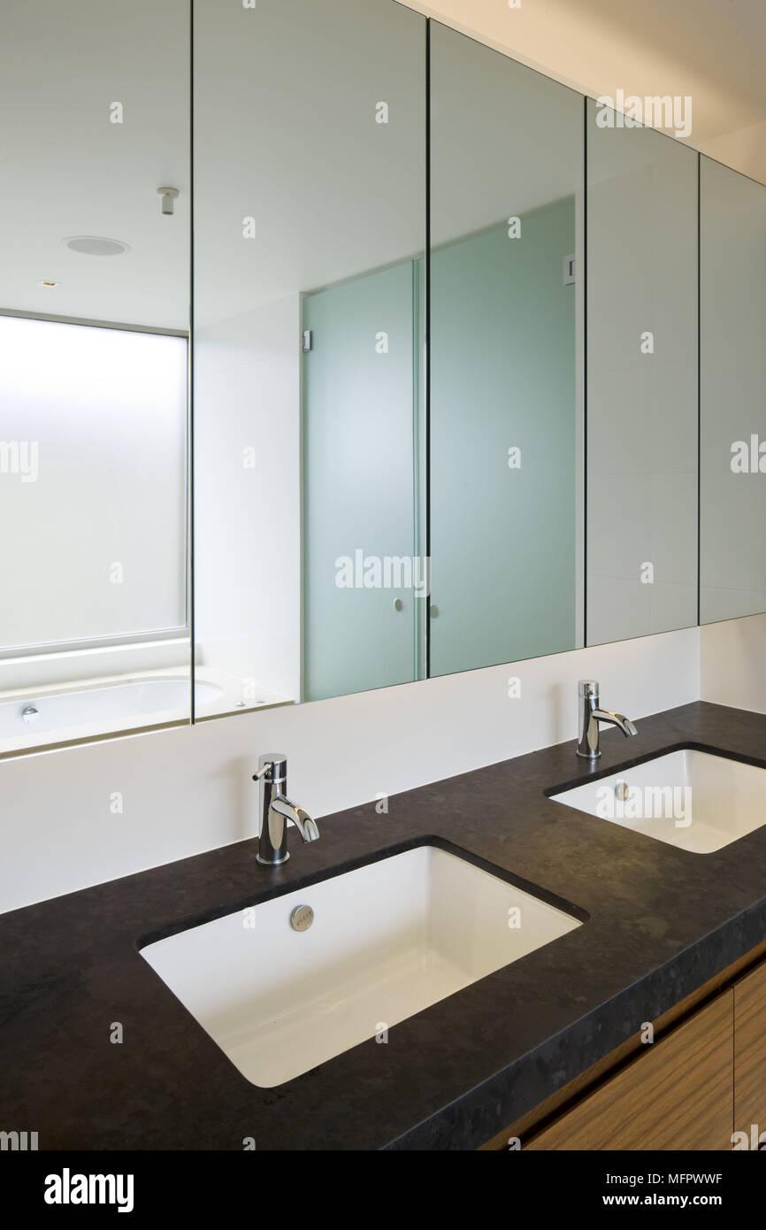 Doppelwaschbecken in modernen Badezimmer Set Stockfoto, Bild ...
