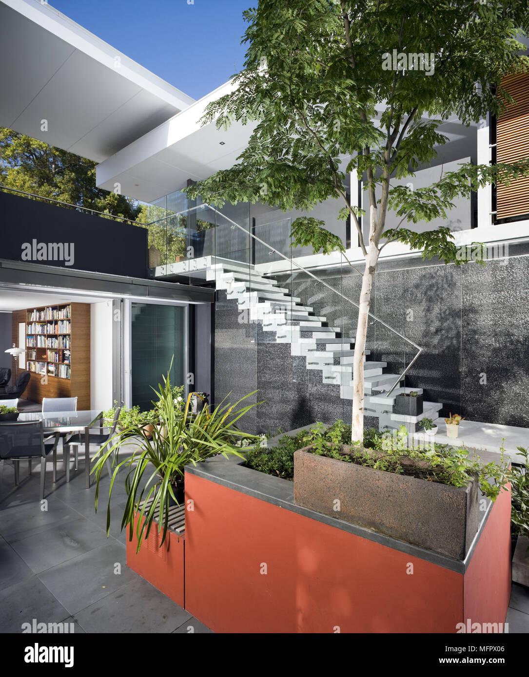 Von Aussen Ein Modernes Haus Mit Aussentreppe Hinunter Zum Garten