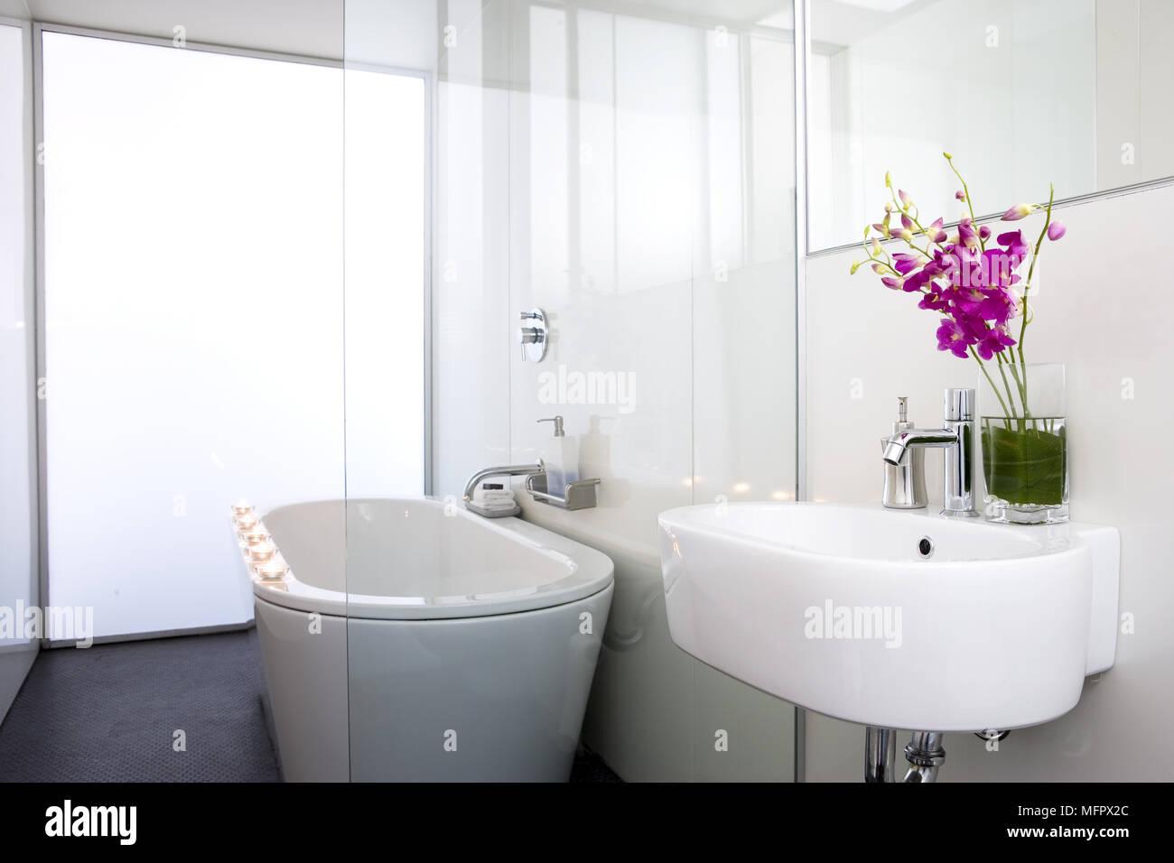 Freistehende Badewanne im modernen Badezimmer neben dem ...