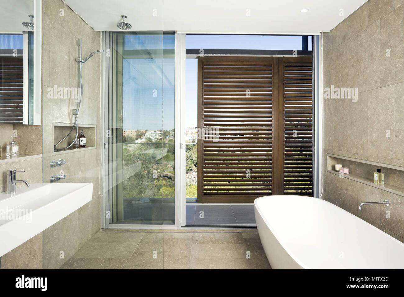 Freistehende Badewanne Im Modernen Bad Mit Schiebetür, Balkon