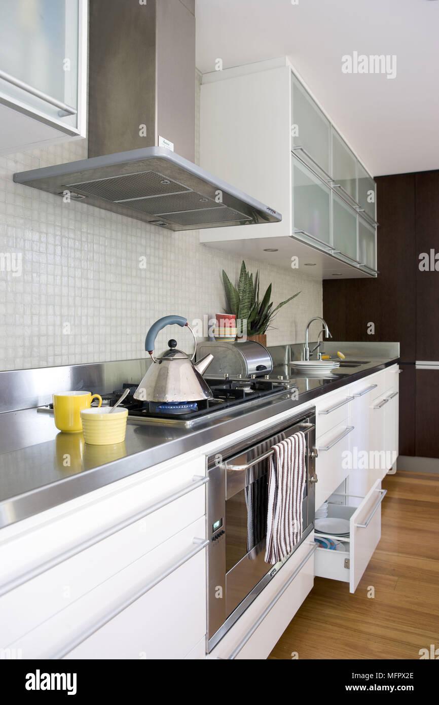 Gasherd in Arbeitsplatte in der modernen Küche mit weißen Einheiten ...