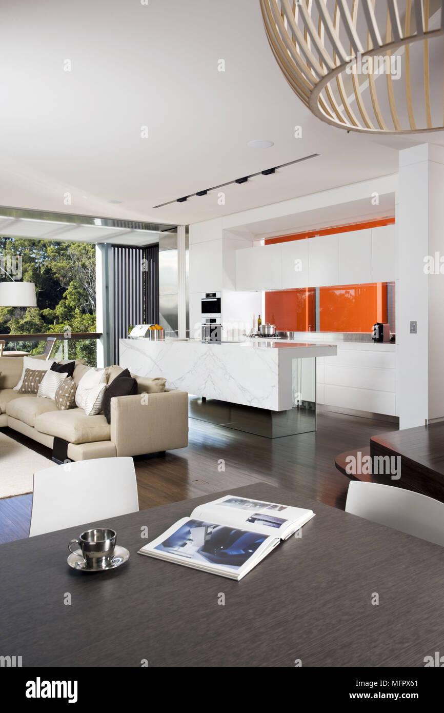 Modernes und geräumiges Zimmer mit Küche und Sitzecke ...