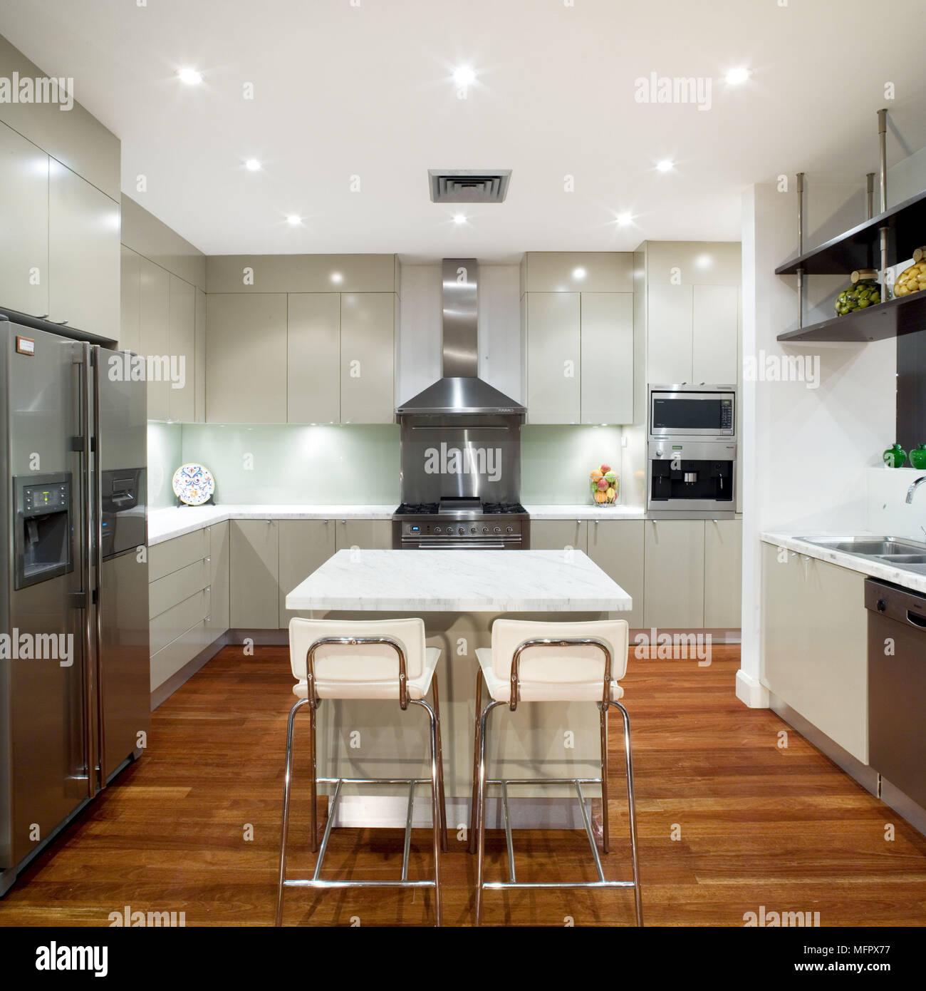 Paar Barhocker An Der Theke In Der Mitte Der Modernen Küche