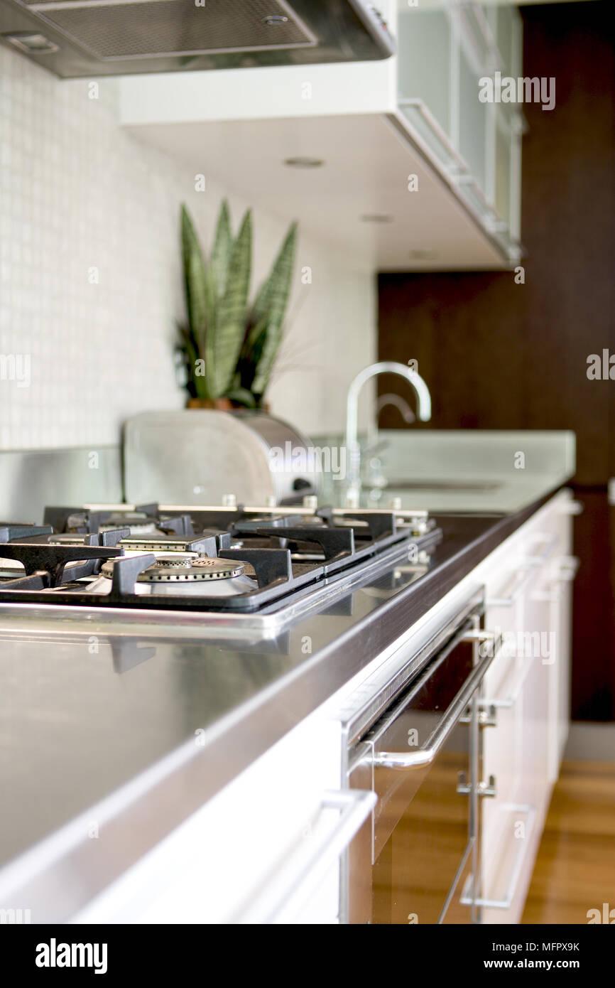 Waschbecken und Gasherd in Arbeitsplatte in der modernen ...