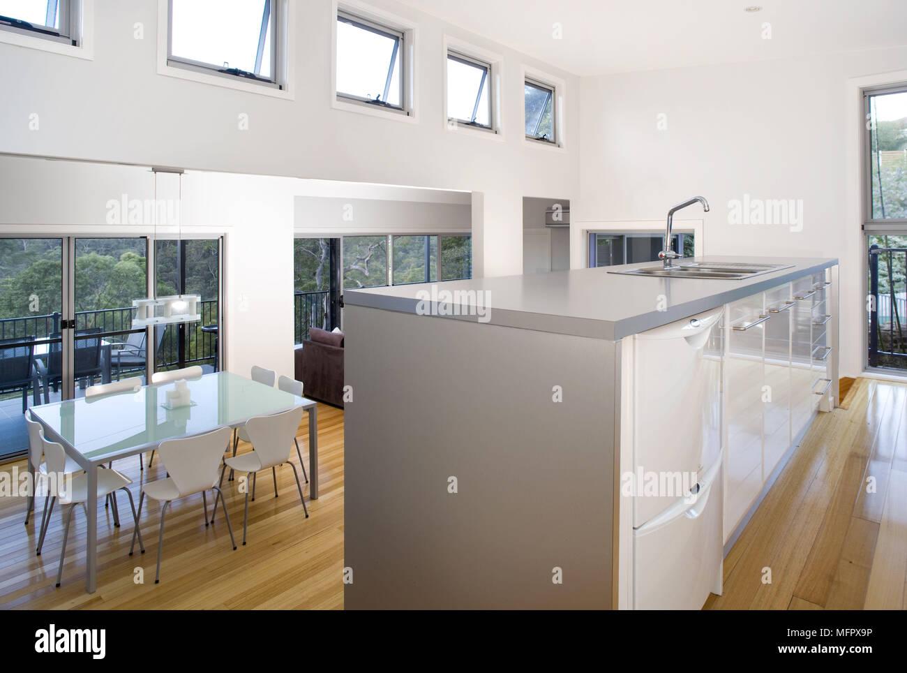 Waschbecken In Der Zentralen Insel Einheit In Der Modernen Küche Mit  Esstisch Und Stühlen Unten Einstellen