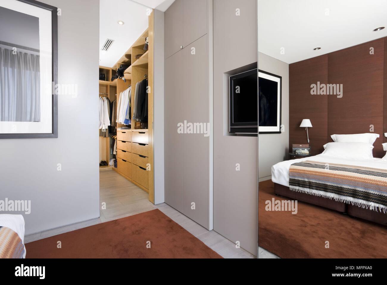 Verspiegelte Schiebetür Tür Verbergen Fernsehen Und Einbauschränke In  Moderne Schlafzimmer Mit Einem Angrenzenden Ankleidezimmer