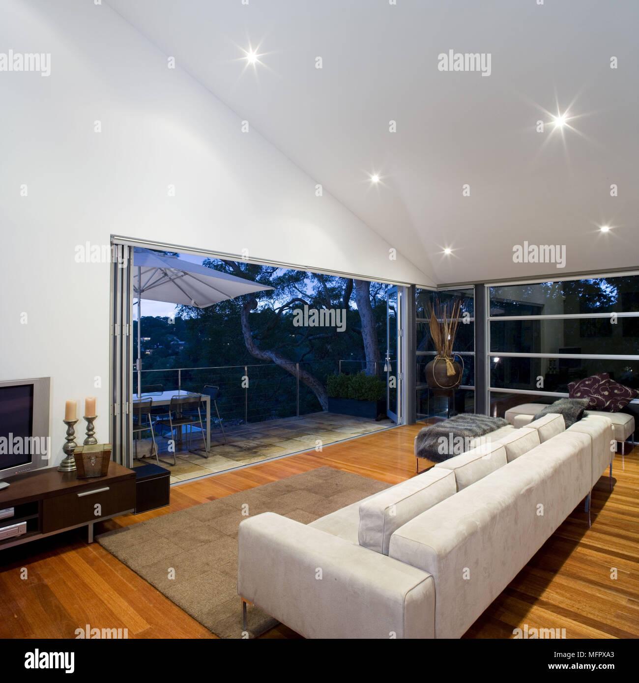 Sofa in der modernen Wohnzimmer mit offene Terrasse Türen nach ...
