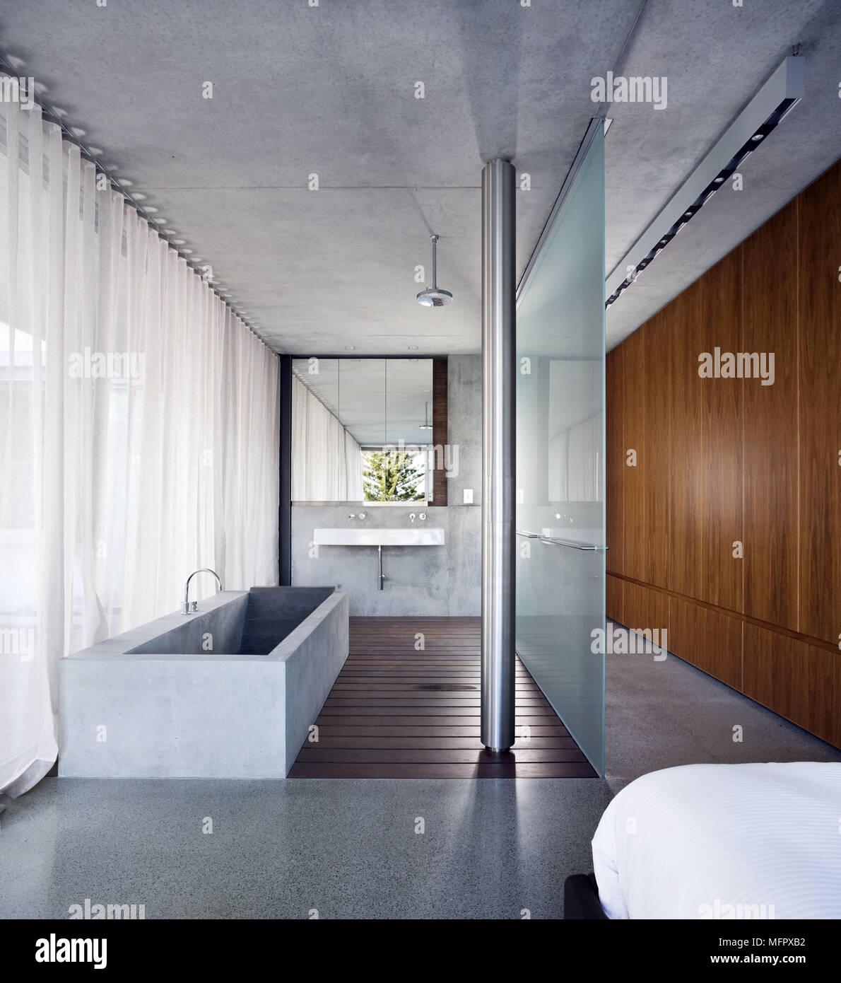 Freistehende Badewanne Aus Stein In Der Modernen Badezimmer Mit  Undurchsichtigem Glas Trennwand