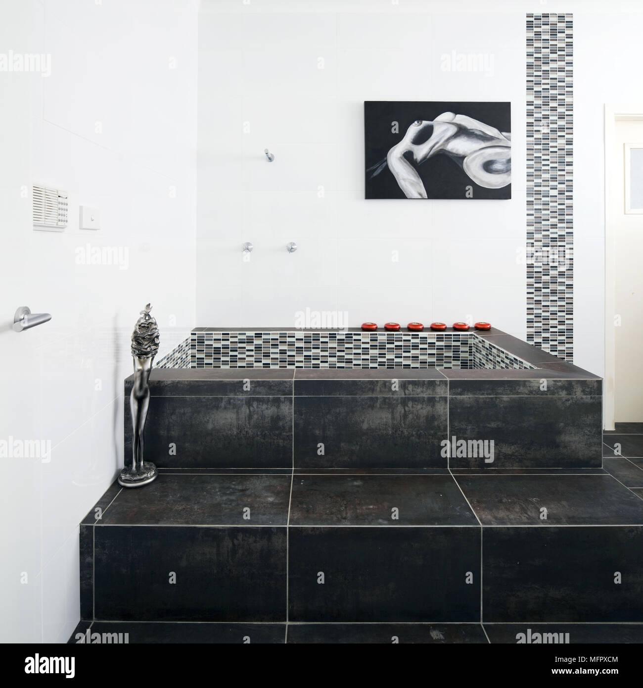Fliesen  Schritte Bis Zum Boden Eingelassenen Badewanne Im Modernen  Badezimmer