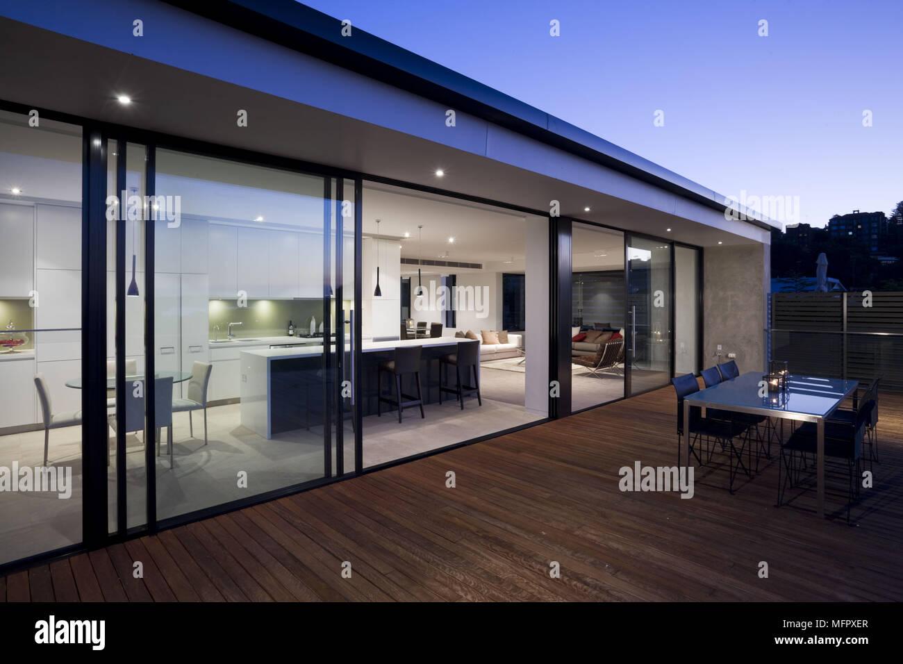Blick von der Terrasse in die Moderne offene Zimmer ...