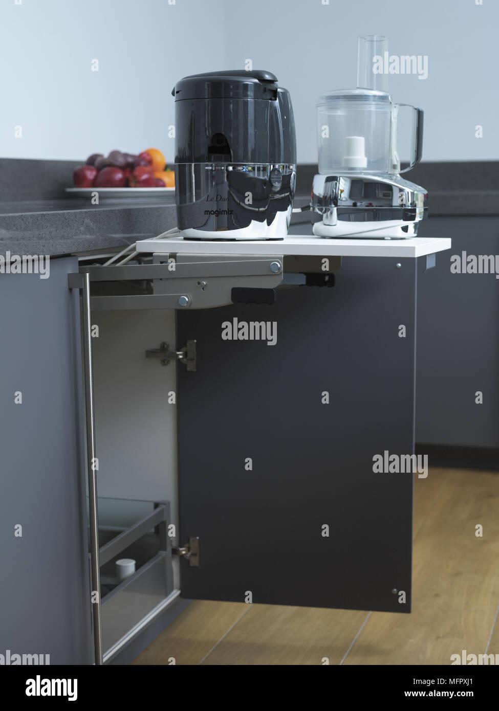 Geräte auf ausziehbares Regal auf Küchenschrank Stockfotografie