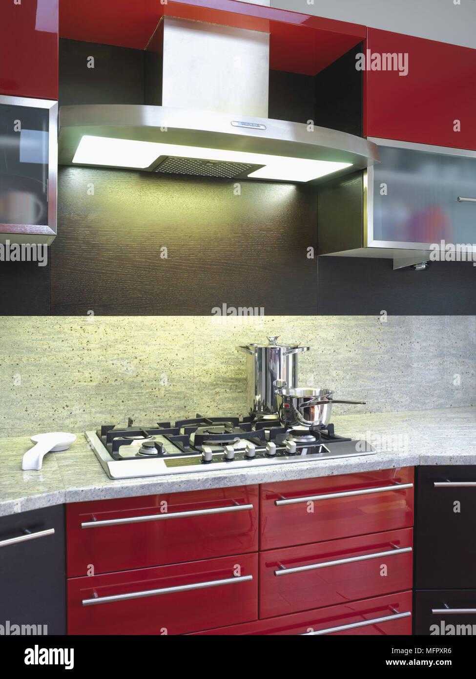 Kochfeld inmitten einer Arbeitsplatte in roten und schwarzen Küche ...