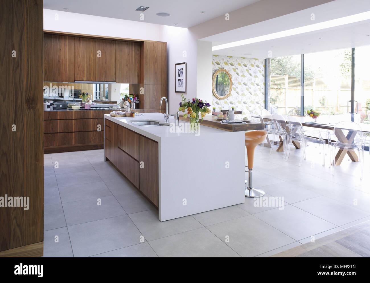 Moderne offene Küche mit zentraler Kochinsel Stockfoto, Bild ...