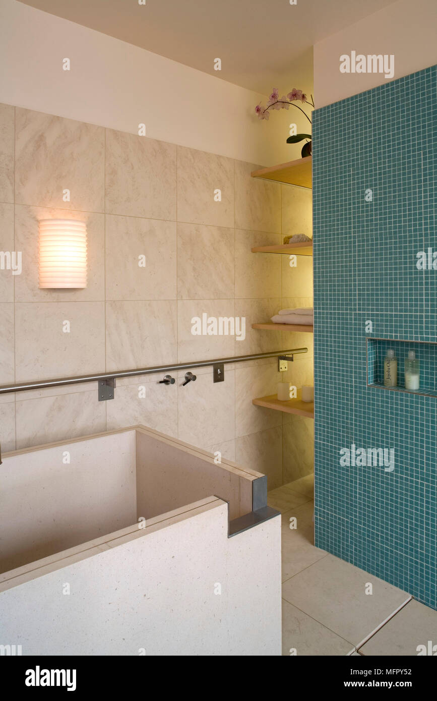 Freistehende Badewanne im modernen Badezimmer mit blauen ...