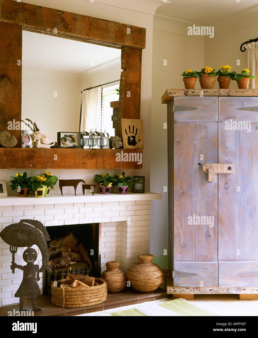 Land Wohnzimmer Mit Einem Gemalten Gemauerten Kamin Holz Spiegel Rustikalen Schrank Und Volkskunst Stockfotografie Alamy