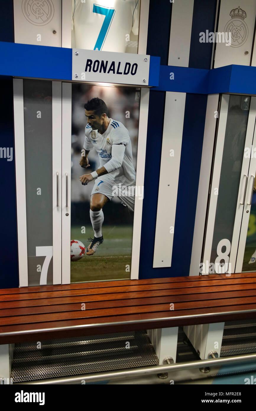 """NOVEMBER 2017 - MADRID: die Umkleide von Christiano Ronaldo in der Umkleide des Teams von """"Real Madrid im Santiago Bernabeu Stadion von SPANI Stockbild"""