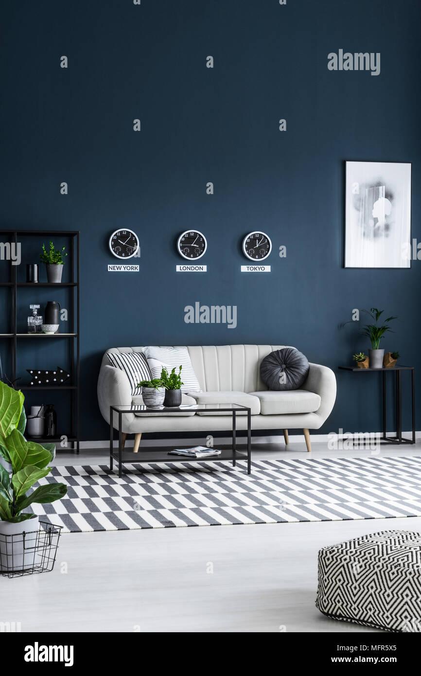 Weiß Sofa, Couchtisch, Uhren auf die graue Wand und gestreiften ...