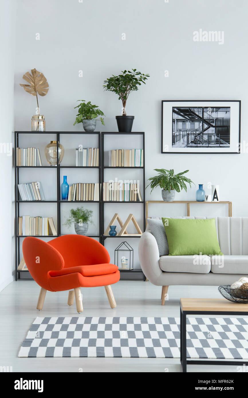 Moderne, Orange, gepolstertem Sessel durch einen schwarzen Gestell ...