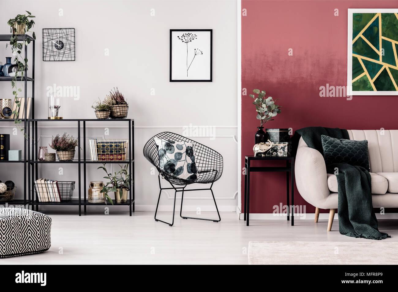 Gemusterten Kissen Auf Sessel Gegen Weiße Wand Mit Plakat In Rot Wohnzimmer  Einrichtung Mit Sofa