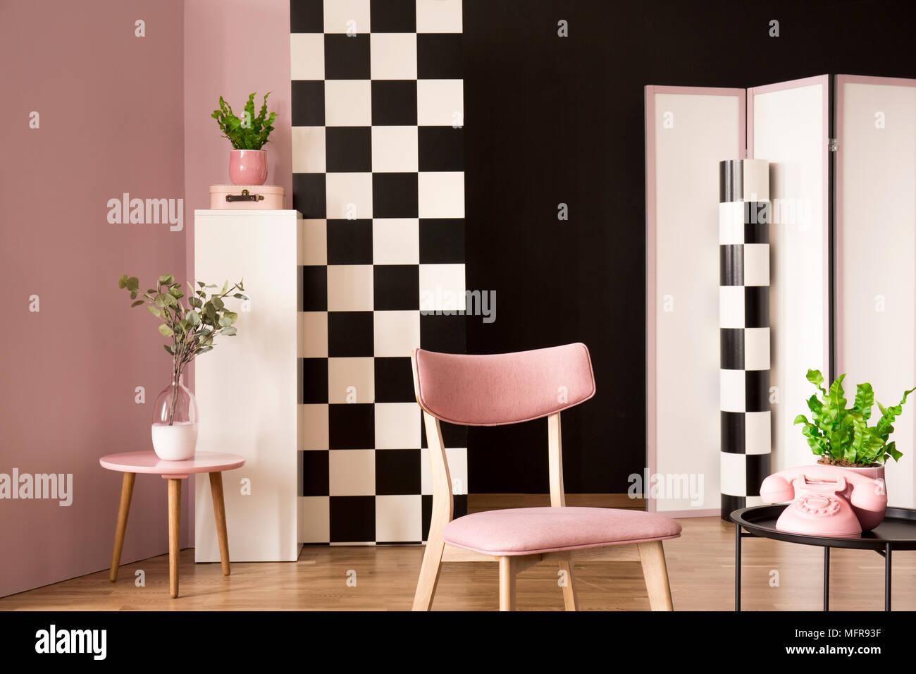 Retro Wohnzimmer Einrichtung mit einem rosa Sessel, Couchtisch mit ...