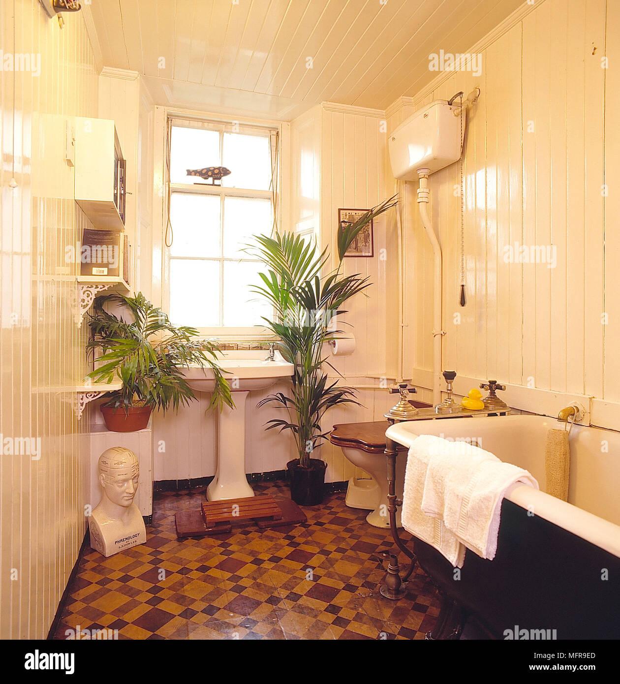Badezimmer Creme holzgetäfelte Wände Decke Fliesen roll Top ...