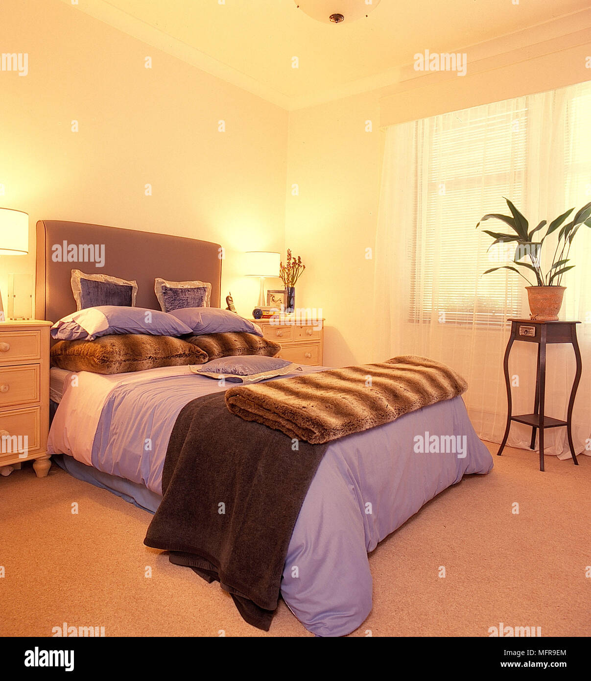Schlafzimmer Cremefarbene Wände Hoch Taupe Bedhead Lila Bettwäsche Braun  Gestreifte Zusammengeklappten Abdeckung Paar Leuchten Lampen Schattierungen  ...